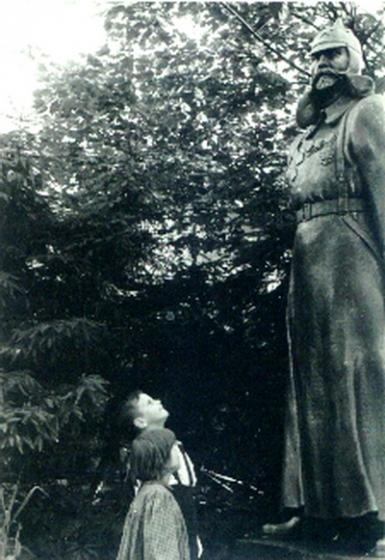Памятник Фабрициусу в Кемери, Юрмала, 50-е годы (в настоящее время не сохранился). Фото из книги Г.Гайлита «Мальчик на дельфине».