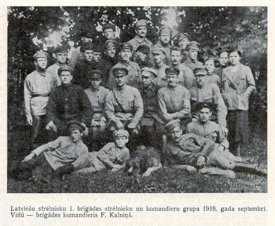 Группа стрелков и командиров 1-й бригады, сентябрь 1919 года, в центре командир Ф.Калниньш