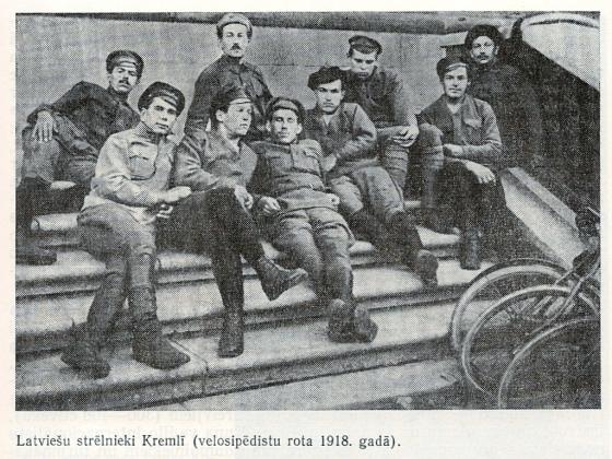 Стрелки из роты велосипедистов в Кремле, 1918 г.