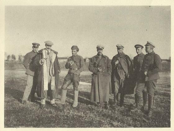 Британский комиссар и посредник Стивен Талент (второй слева) в марте 1920 года на переговорах представителей Советской России и ландсвера у Зилупе.