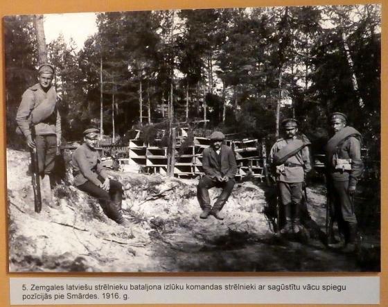 Разведкоманда 5-го Земгальского батальона с пойманным немецким шпиёном на позициях у Смарде, 1916 год.
