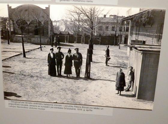 Командиры 1-го Даугавгривского стрелкового батальона - поручик Петерис Буриньш (справа) и прапорщик Освальдс Янсонс, с дамами у эстрады в Гризинькалнсе, Рига, апрель 1916г.