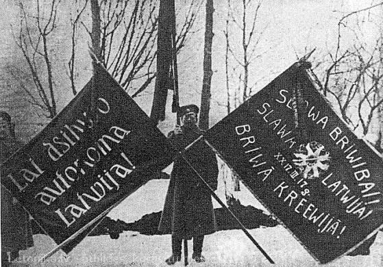 4. Vidzemes latviešu strēlnieku bat, pašiem pirmajiem latviešu strēlnieku pulku 1917. g. marta revolūcijas karogiem ar revolūcijas pirmajam posmam raksturīgiem uzrakstiem V.Rīdzenieka foto