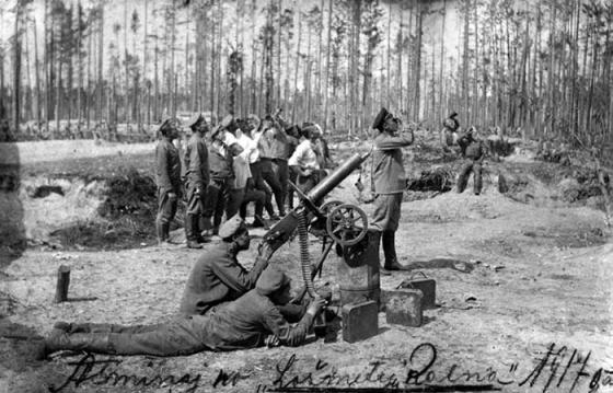 5. Zemgales latviešu strēlnieku pulka karavīri ar pretaviācijas šaušanai pielāgotu ložmetēju.1917.