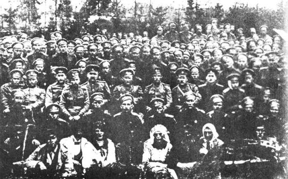 5. Zemgales latviešu strēlnieku pulka teātris. Pirmā rindā strēlnieki - aktieri, trešā rindā vidū - pulka komandieris Jukums Vācietis ar virsniekiem.