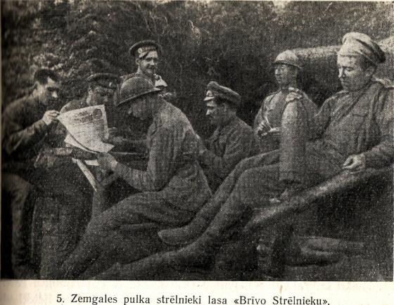 5. Zemgales pulka strēlnieki lasa Brīvo Strēlnieku