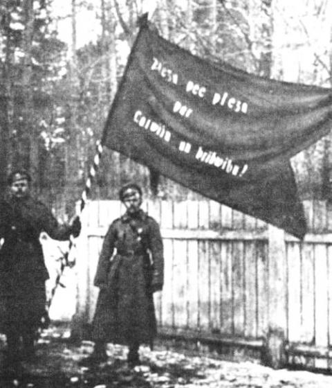 8. Valmieras latviešu strēlnieku pulka ložmetējkomandas pirmais karogs 1917. g. marta revolūcijas dienās.