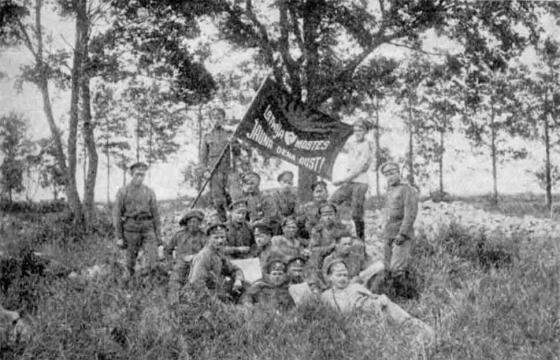 8. Valmieras latviešu strēlnieku pulks 1917. g. vasarā ar savu karogu, kur raksturīgs uzraksts «Latvija, mosties, jauna diena aust!» .