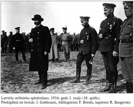 Kapt. Bangerskis apbalvo sava bataljona strēlniekus ar Juŗa krustiem; priekšējā plānā valsts domes loceklis J. Goldmanis.