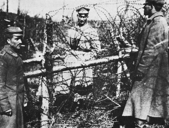 Aina no strēlnieku un vācu brāļošanās 1917. g. aprīlī Ķekavā pie Bundes mājām divi latviešu strēlnieki (viens savu cepuri pārveidojis pēc -žokejnīcas- fasona) un vācu virsnieks.