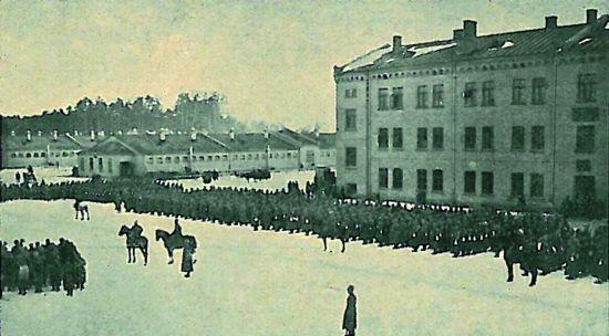 5.Zemgales latviešu strēlnieku bataljons huzāru kazarmās (tagad tur mīt NBS Štāba bataljons) ceļā uz manevriem. 1916.gada ziema.