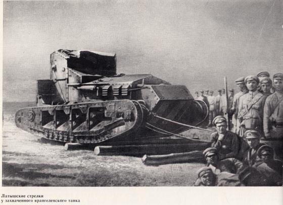 У подбитого танка
