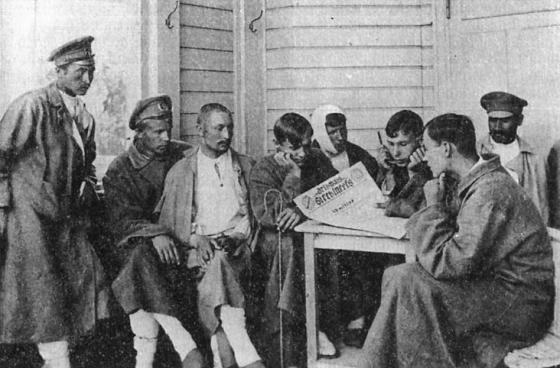 Раненые латышские стрелки читают газету «Бривайс стрелниекс» (1917 г.)