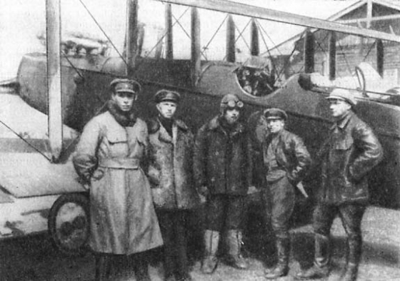 Командир авиационного отряда П. Межарауп (посередине) у своего самолета