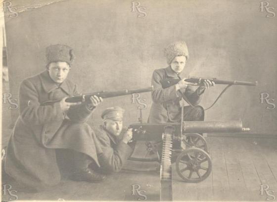 Красные Латышские стрелки, курсанты пулеметной школы,с пулеметом Максим и Германскими кавалерийскими карабинами образца 1888г. 1919год