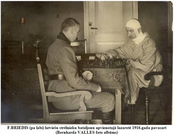 F.BRIEDIS (pa labi) latviesu strelnieku bataljonu apvienotaja lazarete 1916.gada pavasari (Bernharda VALLES foto albums)