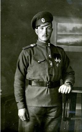 Karlis GAILIS – 1.Daugavgrivas latviesu strelnieku bataljona jaunakais apaksvirsnieks. Par varonibu Kekavas marta kauja apbalvots ar 3.skiras Sv.Jura krustu (Latvijas Kara muzeja fonds)