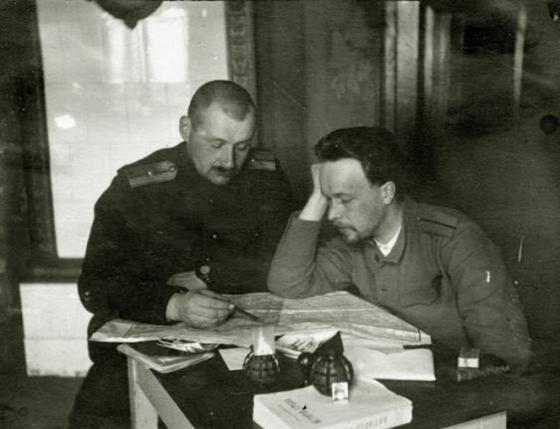 2.Rigas latviesu strelnieku bataljona virsnieki plano kaujas operaciju