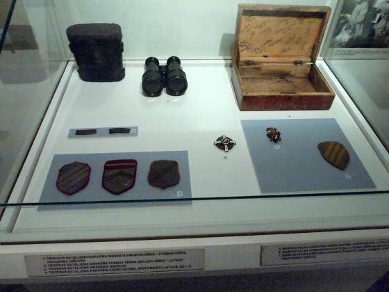 Слева нашивки Троицкого батальона, справа - нашивка и значок Имантского полка. В центре знак Троицкого батальона принятый в 1921 году.