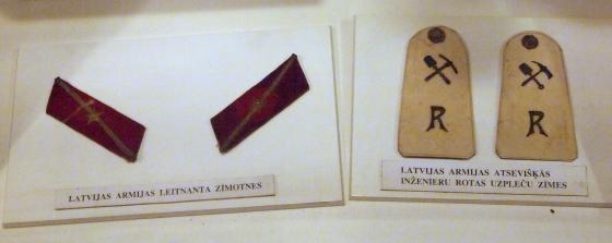 Латвийская армия. Нашивки лейтенанта (слева) и погоны особой инженерной роты (справа).