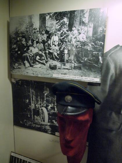Латвийская армия. Фуражка и на верхнем фото связисты Валмиерского полка, 1919 год.