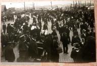 Провожающие добровольцев - латышских стрелков, набережная Даугавы, Рига, 13 августа 1915 года,