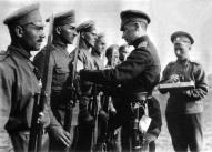 Kapteinis F.Briedis apbalvo 1. Daugavgrīvas bataljona strēlniekus par varonību jūlija kaujās. 1916. gada vasara.
