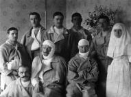 1. Daugavgrīvas latviešu strēlnieku bataljona 1. rotas komandieris poručiks F.Briedis (1. rindā 2. no labās) latv. str. apvienotās lazaretes palātā, 1916. gada aprīlis