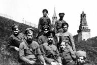 9. latviešu strēlnieku pulks, kas 1918.g. izveidojās no 1917.g. uz Petrogradu nosūtītās Izlases rotas, apsargāja Padomju Krievijas valdību Kremlī un pildīja Maskavas garnizona dienestu.