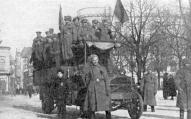 Rīgas kareivju un strādnieku deputātu padomes vadošās personas smagajā automobilī dodas uz kādu mītiņu.