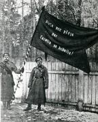 8. Valmieras latviešu strēlnieku pulks Rīgā, 1917.gada 23. martā ar uzrakstu - Plecu pie pleca par Latviju un brīvību- uz karoga.