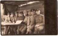 Fridrihs Briedis в блиндаже (в центре), 1. Daugavgrīvas latviešu strēlnieku pulka kapteinis. 1916. gads.