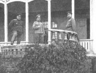 2. Latviešu strēlnieku brigādes virsnieki 1916. gada beigās pie štāba ēkas bijušajā Ķemeru kūrmājā. No kreisās - Jukums Vācietis, Andrejs Auzāns, Gustavs Mangulis.