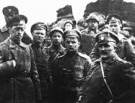 2. Rīgas latviešu strēlnieku pulka virsnieki 1917. gada aprīlī. Priekšā no labās- 1. plkv. M. Peniķis, 2. podporučiks K. Lobe, 4. poručiks Pinka.