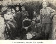 """5. Zemgales pulka strēlnieki lasa """"Pravdu""""."""