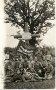 8. Valmieras latviešu strēlnieku pulks pie kritušo biedru kapa Ložmetējkalna apkārtnē 1917.gada vasarā ar uzrakstu - Latvija, mosties - jauna diena aust- uz karoga.