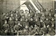 Rezerves latviešu strēlnieku pulka karavīri pēc 1. maija mītiņa. Strenči, 1917.g. Teksts uz sarkanbaltsarkanā karoga - Mēs ejam atriebt senču vaidus un nepabeigtās cīņas veikt!.