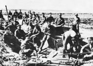 Strēlnieki atpūtas brīdī pēc pusdienām 1916. gadā.