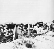 Strēlnieki ierakumos Olaines rajonā 1916. gadā.