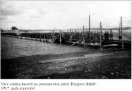 Vacu armijas karaviri pa pontonu tiltu pariet Daugavu Ikskili.