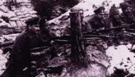 5.Zemgales latviešu strēlnieku pulka virsnieki un strēlnieki pozīcijās Tīreļpurva rajonā 1916.-1917.gada ziemā. Foto Latvijas Kara muzeja arhīvs.