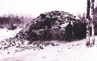 6.Tukuma latviešu strēlnieku pulka strēlnieki pie blindāžas Tīreļpurva apkaimē, kurā atradās pulka štābs Ziemassvētku kauju laikā. Foto Latvijas Kara muzeja arhīvs. .jpg