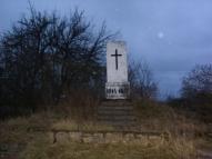 Памятник, установленный недалеко от предмостного укрепления Двинской крепости на одном из въездов в город Даугавпилс (предположительно Рандене).