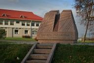 """2005.gada 3.septembrī pie Tīnūžu pamatskolas tika atklāts tēlnieka Jāņa Karlova veidotais piemineklis """"Varoņu altāris"""" veltīts latviešu strēlnieku kaujām pie Mazās Juglas Pirmā pasaules kara laikā."""