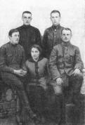 Группа командиров 1-го латышского стрелкового полка в 1918 году. Слева сидит командир полка Р. Вайнянис, справа стоит командир батальона А. Фрейберг.