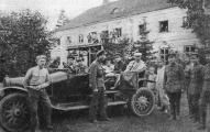 Начальник Латышской стрелковой дивизии А. Мартусевич (в штатском) в штабной автомашине