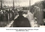 Krituso latviesu strelnieku apglabasana Rigas Bralu kapos, 1916