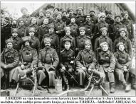 F.BRIEDIS un vina komandetas rotas karaviri, kuri bija apbalvoti ar Sv.Jura krustiem un medalam, dazas nedelas pirms marta kaujas, pa kreisi no F.BRIEZA – feldfebelis F.ABELKALNS