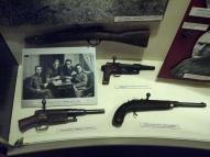 """Обрезы. На стенде с Латвийской армией (партизаны). Лежат: сверху - М98 7.92мм Маузер, слева - 6,5mm """"Arisaka 38"""", справа - трёхлинейка 7.62 """"Наган-Мосин"""", образца 1891г."""
